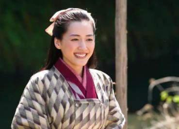 春野スヤ役で出演するのが女優の綾瀬はるか