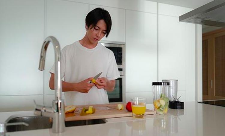 山下智久(山P)がスペインのキッチンで手料理を創る姿