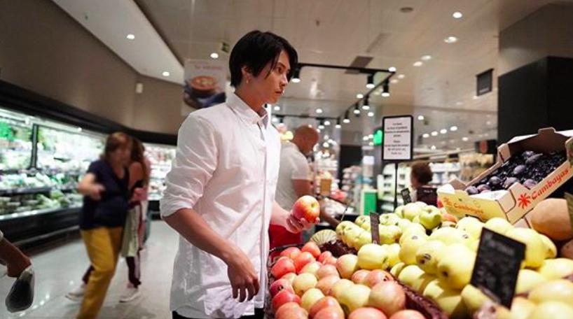 山下智久(山P)がスペインのスーパーマーケットで買い物をする姿
